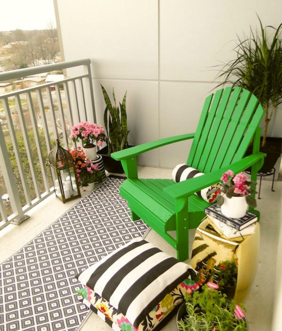 Τα μαξιλάρια αλλά και η χρωματιστή καρέκλα δίνουν μια πιο αισιόδοξη νότα.