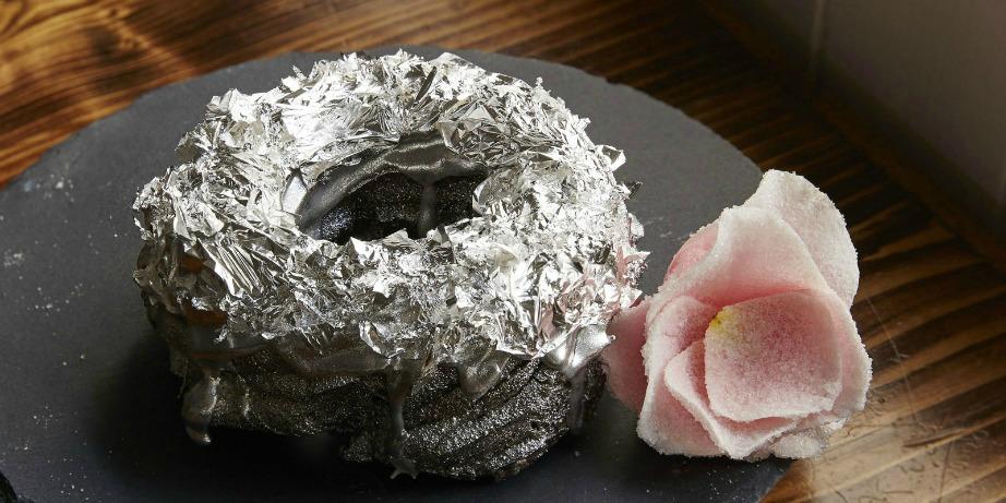 Το γλάσο του ντόνατ είναι πασπαλισμένο με φύλλα από ασήμι και πλατίνα.