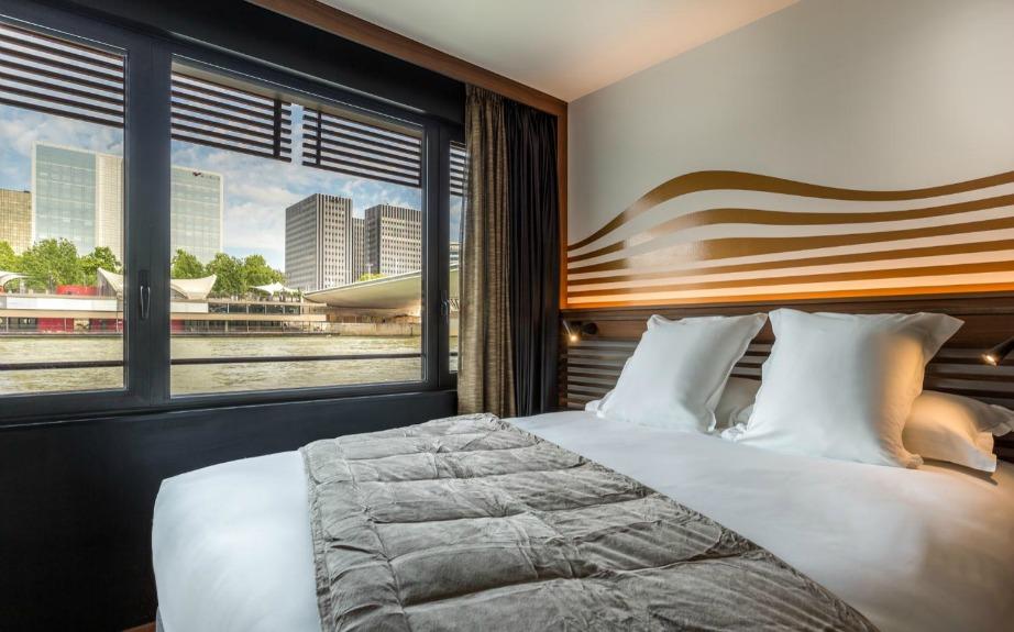 Τα υπόλοιπα 58 δωμάτια του πλωτού ξενοδοχείου έχουν μοναδική θέα το ποτάμι.