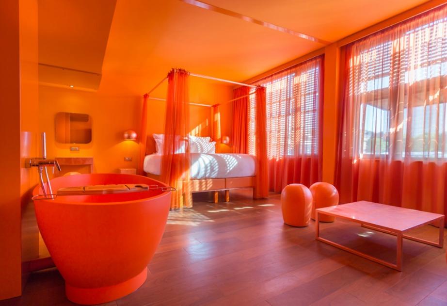 Με μοντέρνα αρχιτεκτονική και κυρίαρχο χρώμα το πορτοκαλί.