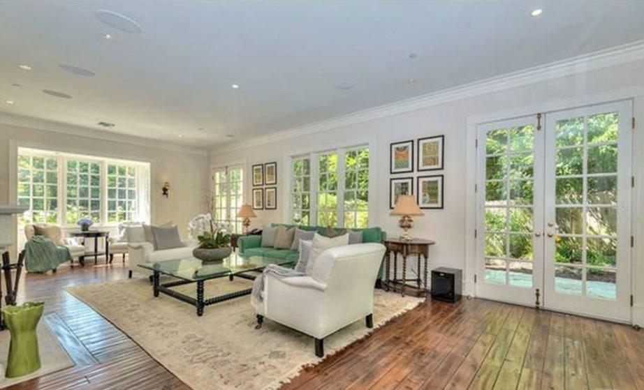 Τα μεγάλα παράθυρα και το λευκό χρώμα είναι τα κύρια χαρακτηριστικά του σπιτιού.