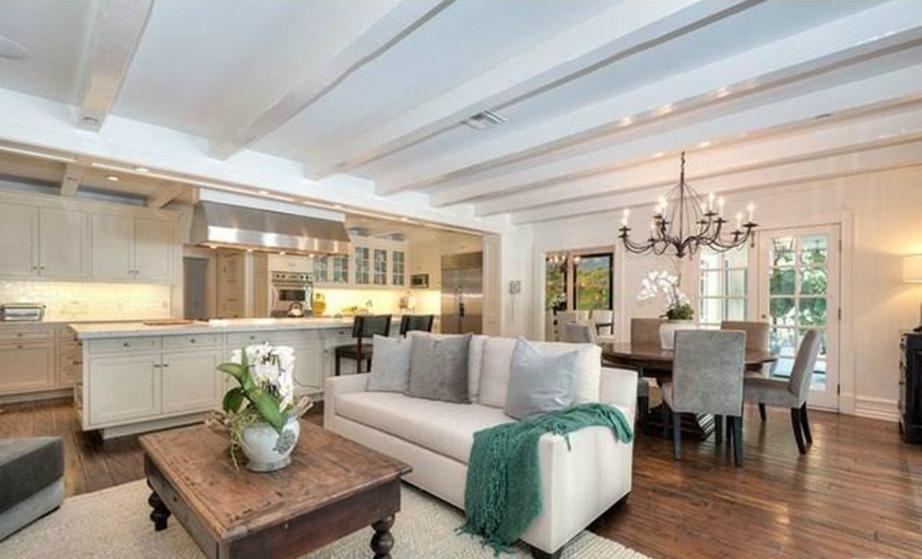 Η αρκετά φωτεινή κουζίνα χρησιμοποιείται και σαν καθιστικό, ενώ η ξύλινη οροφή την κάνει ακόμα πιο ιδιαίτερη.