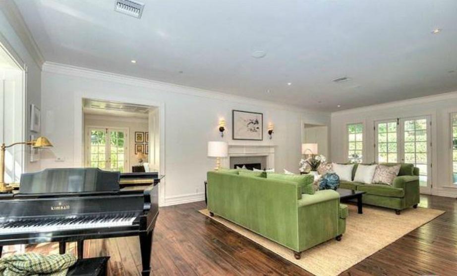 Το πιάνο με ουρά κυριαρχεί σε ένα από 2 σαλόνια και αποτελεί πηγή έμπνευσης για την τραγουδίστρια φαινόμενο.