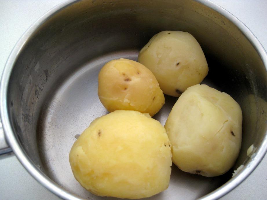 Η βραστή πατάτα είναι εύπλαστη και αφαιρεί εύκολα τις βρωμιές.