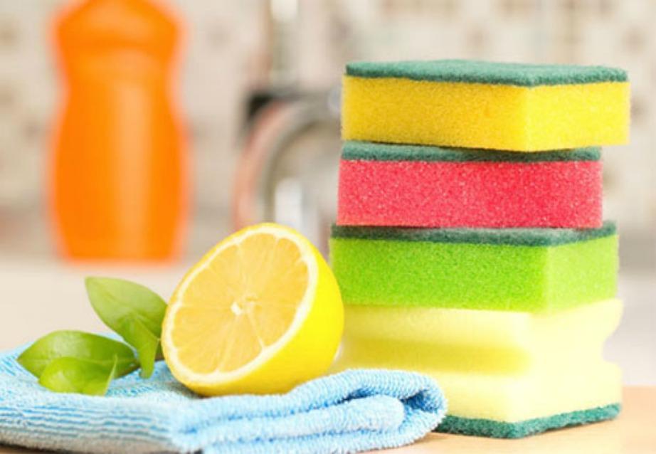 Με απλούς και φυσικούς τρόπους μπορείτε να απολυμάνετε τα βρώμικα σφουγγάρια σας.