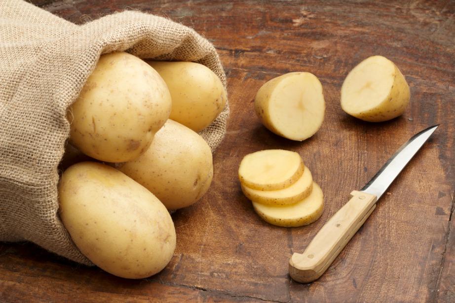 Κόψτε τις πατάτες σε ροδέλες για καλύτερη εφαρμογή στα μάτια σας.