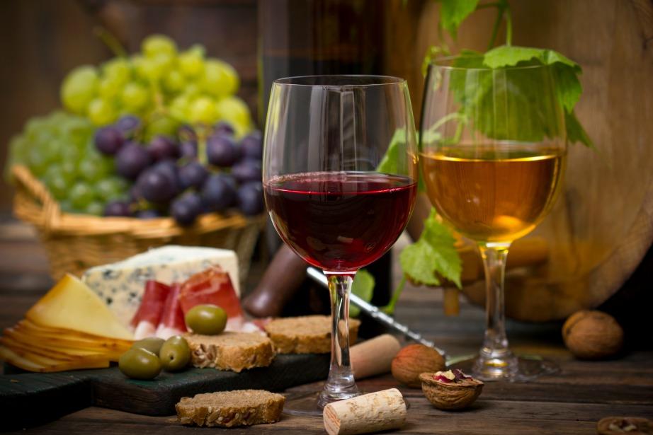 Το κόκκινο κρασί θα μπορούσε να χαρακτηριστεί πιο ανθεκτικό από τη στιγμή που ανοιχτεί συγκριτικά με το λευκό.