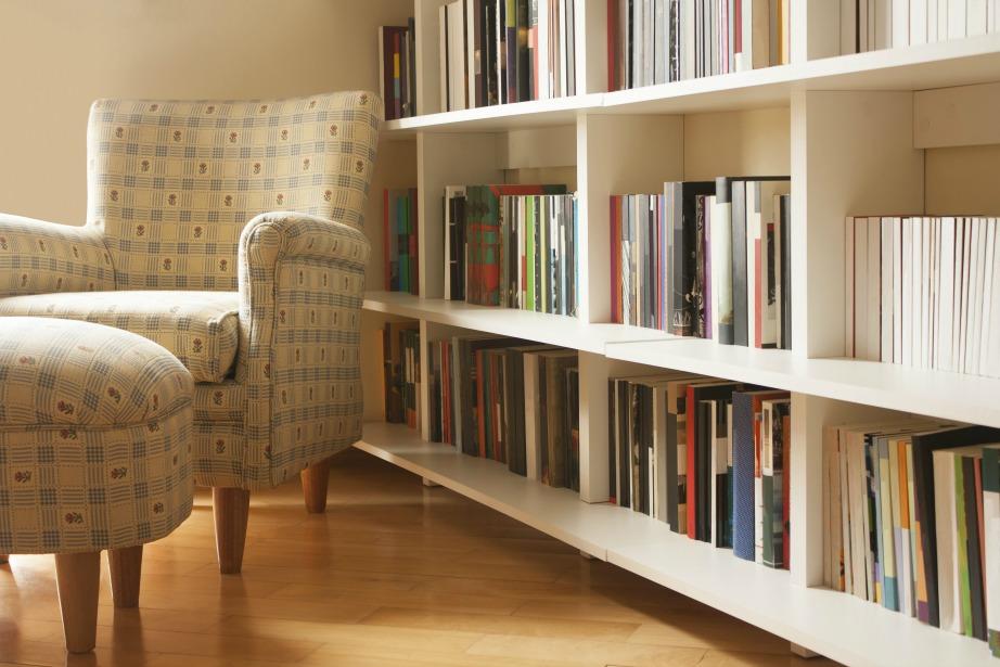 Αντικαταστήστε τη μεγάλη και ογκώδη βιβλιοθήκη σας με ράφια εξοικονομώντας χώρο.