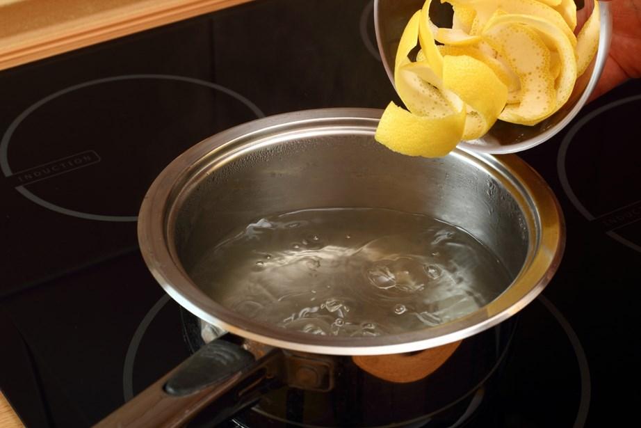 Βάλτε σε ένα κατσαρολάκι νερό και φλούδες λεμονιού.