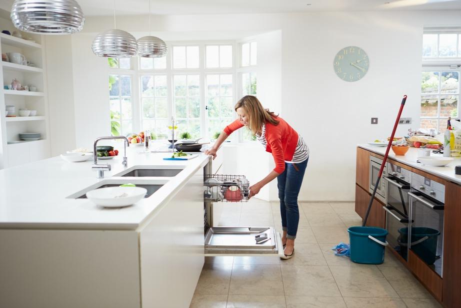 Το πλύσιμο των σκευών και το καθάρισμα του πάγκου κρίνεται απαραίτητο πριν ξεκινήσετε τις μαγειρικές.