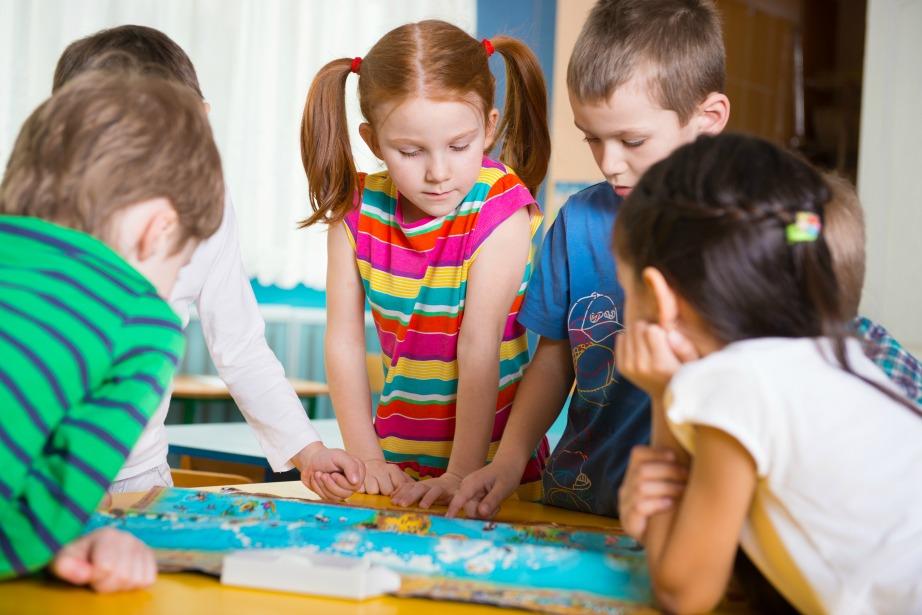 Τα επιτραπέζια παιχνίδια δημιουργούν ομαδικό κλίμα και προσφέρονται για οικογενειακές καταστάσεις.