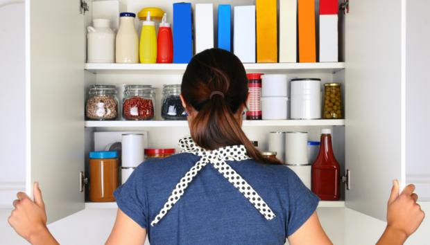 Δείτε 6 Πράγματα που Δεν Πρέπει Ποτέ να Αποθηκεύετε στα Ντουλάπια της Κουζίνας
