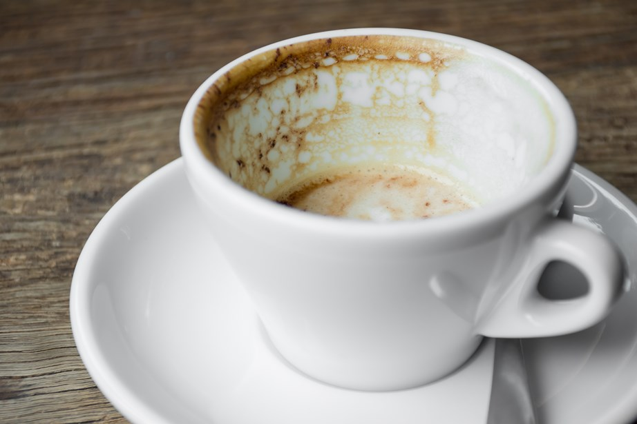 Καθαρίστε λεκέδες από καφέ σε ένα φλιτζάνι με φλούδα λεμονιού.