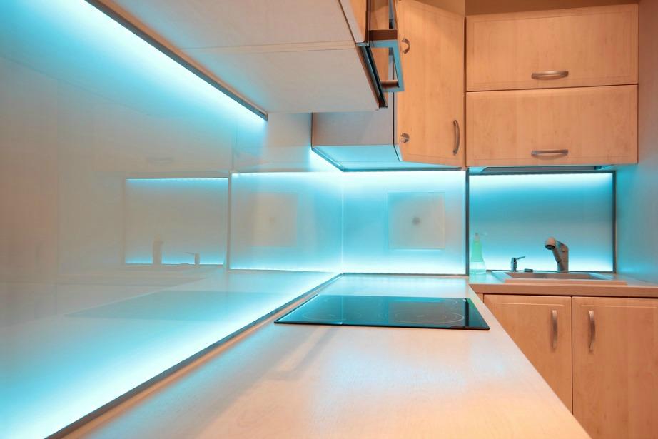 Ο κρυφός φωτισμός στα ντουλάπια της κουζίνας δίνει βάθος και δημιουργεί εντύπωση.