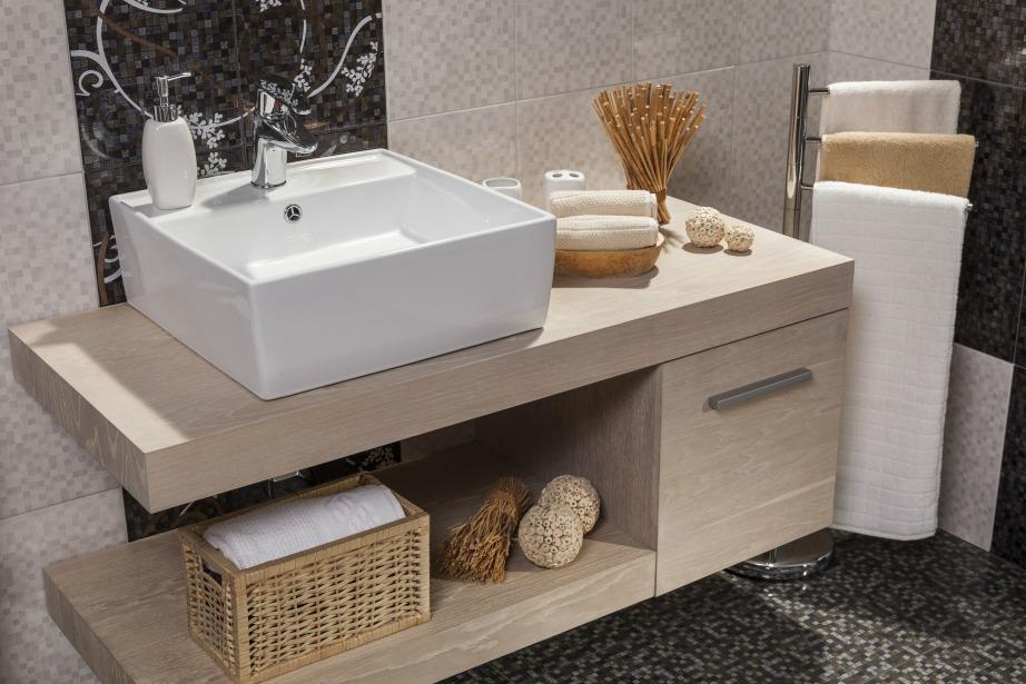 Αρωματικά χώρου, καλαθάκια μπαμπού και ξύλινα στοιχεία μπορούν να αναβαθμίζουν αρκετά το μπάνιο σας.