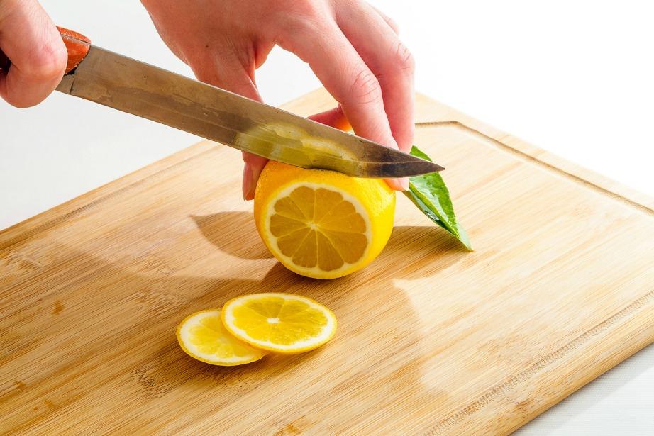 Η φλούδα του λεμονιού μπορεί να απολυμάνει με τον καλύτερο τρόπο την ξύλινη επιφάνεια κοπής.