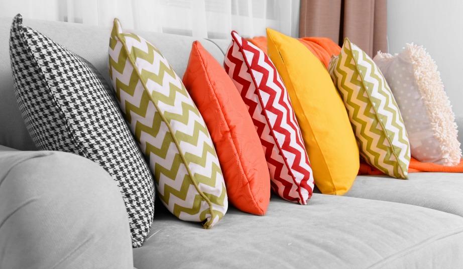 Τα πολλά μαξιλάρια δίνουν άνεση και ζεστασιά στο καθιστικό σας.