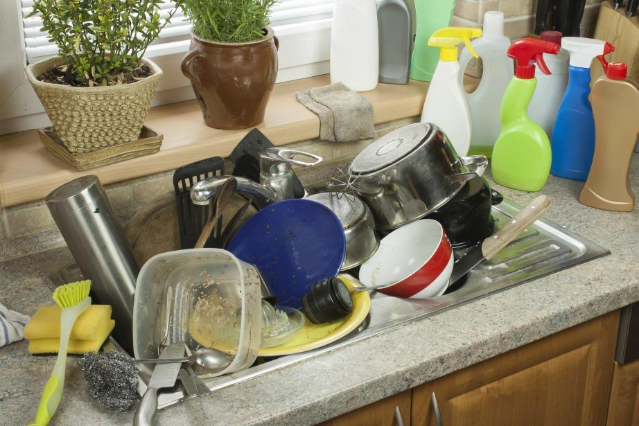 Μουσκέψτε τα σκεύη που χρησιμοποιείτε κατά η διάρκεια του μαγειρέματος έτσι ώστε να είναι πιο εύκολη η αφαίρεση των λεκέδων.