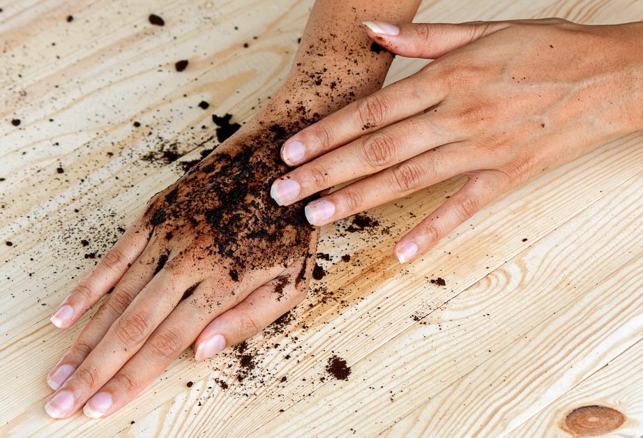 Οι κόκκοι του καφέ θα κάνουν μοναδική απολέπιση στα χέρια σας.