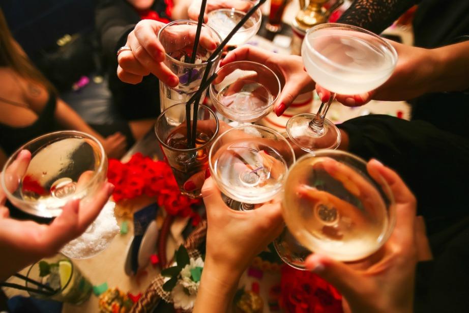 Οι καλεσμένοι καλό θα ήταν να φέρουν μαζί τους από ένα ποτό έτσι ώστε να εμπλουτίσετε την κάβα σας.