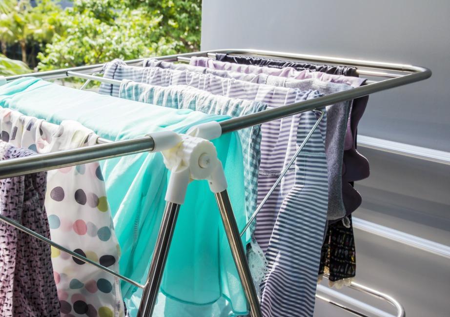 Τα επίπεδα υγρασίας αυξάνονται κατά 30% όταν στεγνώνετε τα ρούχα μέσα στο σπίτι με αποτέλεσμα την δημιουργία μούχλας.