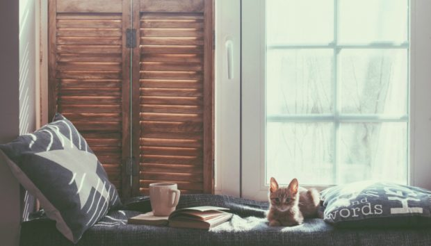 Ώρα για Xουχούλιασμα! Δείτε 6 Tρόπους για να Kάνετε το Kαθιστικό σας τον πιο Ζεστό Χώρο