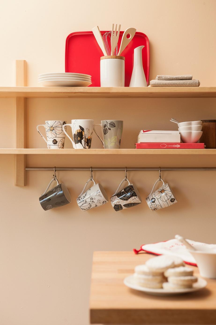 Τα γαντζάκια κάτω από τα ράφια είναι ιδανικά για τις κούπες του καφές σας.
