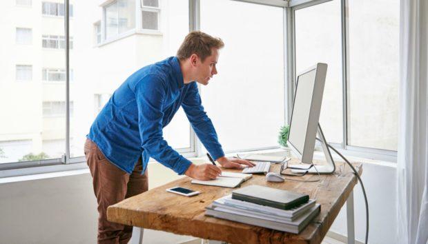 Έρευνα: Η Ορθοστασία Βοηθά στην Καλύτερη Απόδοση στην Εργασία