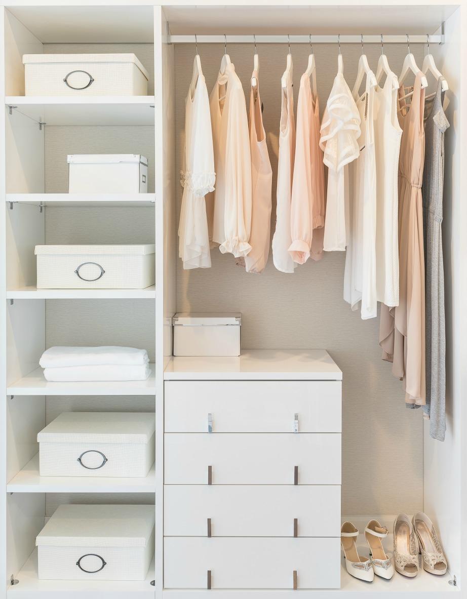 Τοποθετώντας τα ρούχα σας από το πιο μακρύ μέχρι το πιο κοντό θα μπορείτε να εκμεταλλευτείτε το χώρο όπως στη φωτογραφία.