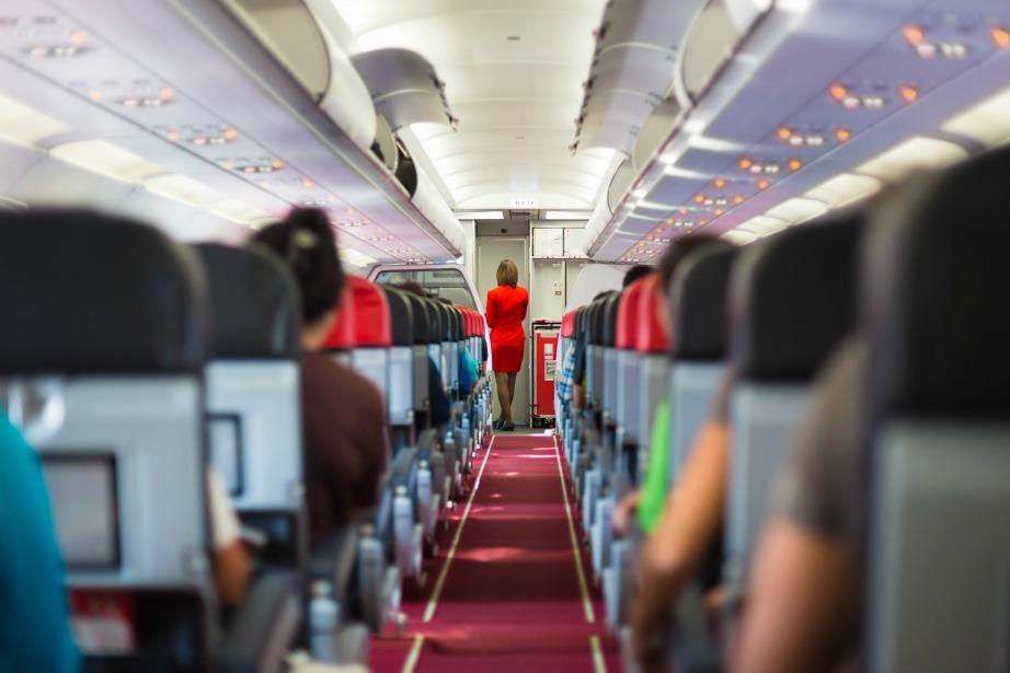 Σε περίπτωση αναγκαστικής προσγείωσης το πλήρωμα είναι υποχρεωμένο να ενημερώσει και να καθησυχάσει τους επιβάτες.