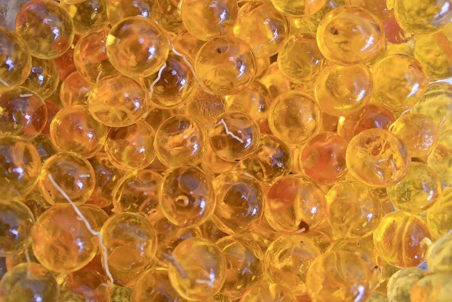 Στο εμπόριο θα βρείτε ένα ειδικό ζελέ για φυτά που αποθηκεύει την υγρασία και την εκλύει σταδιακά.