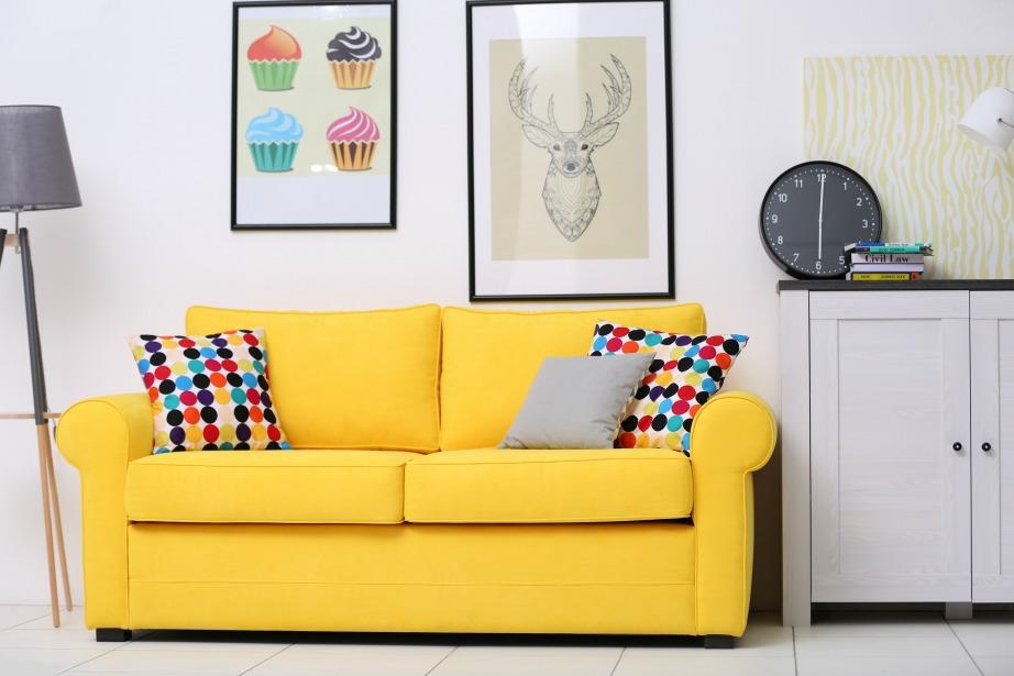 Ένας χρωματικά έντονος καναπές σας δεσμεύει αρκετά στην υπόλοιπη διακόσμηση.
