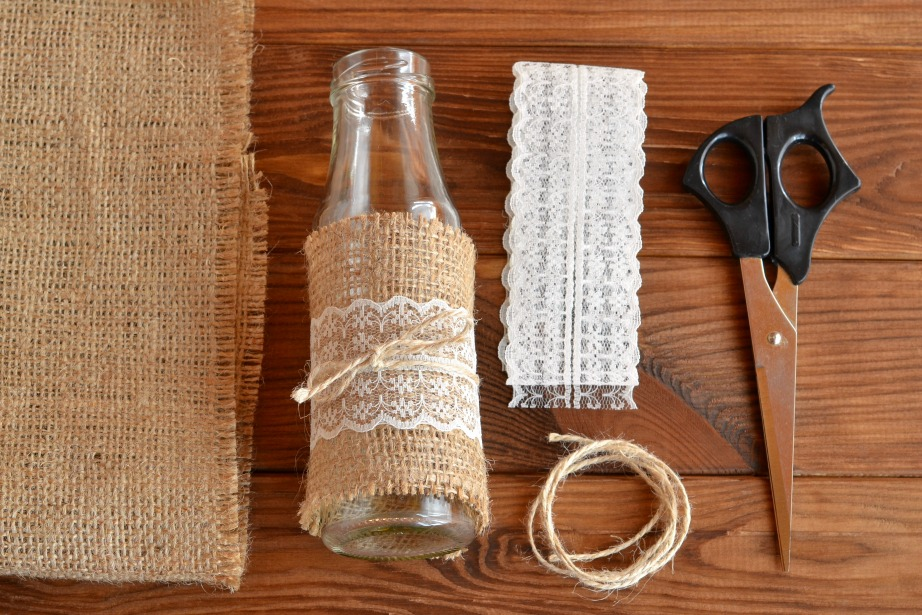 Με τη βοήθεια της ζεστής σιλικόνης μπορείτε να συνθέσετε τα υλικά στο βάζα σας.