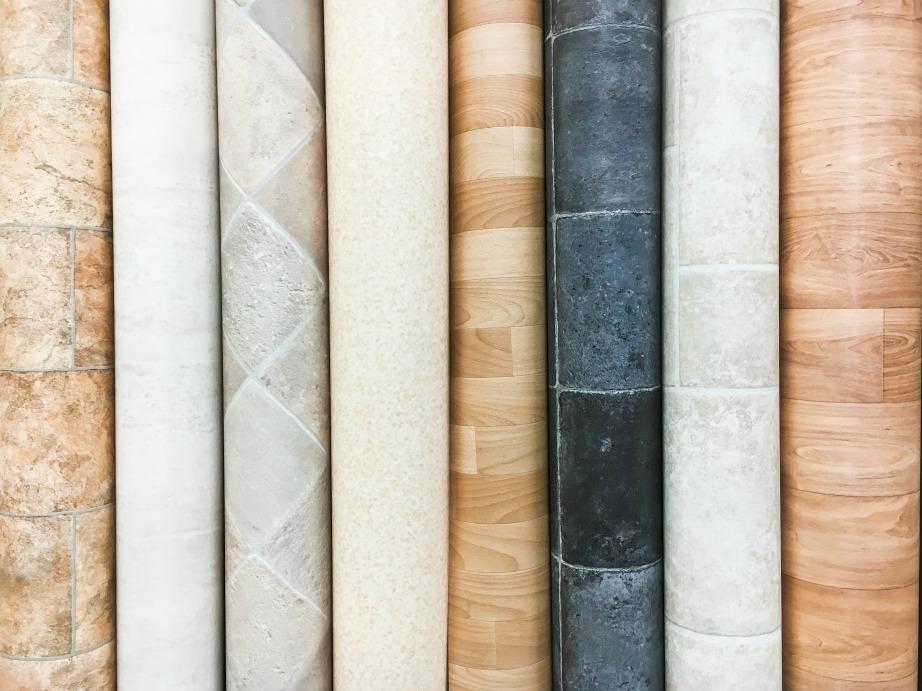 Μερικά δείγματα βυνιλικού δαπέδου που έχουν όψη ξύλου.