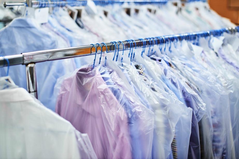 Πουκάμισα και σακάκια και φορέματα είναι προτιμότερο να αποθηκεύονται σε κρεμάστρες αν ο χώρος το επιτρέπει.