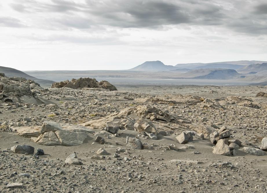 Πετρώδης έρημος σε παγετώδη περιοχή της Ισλανδίας.