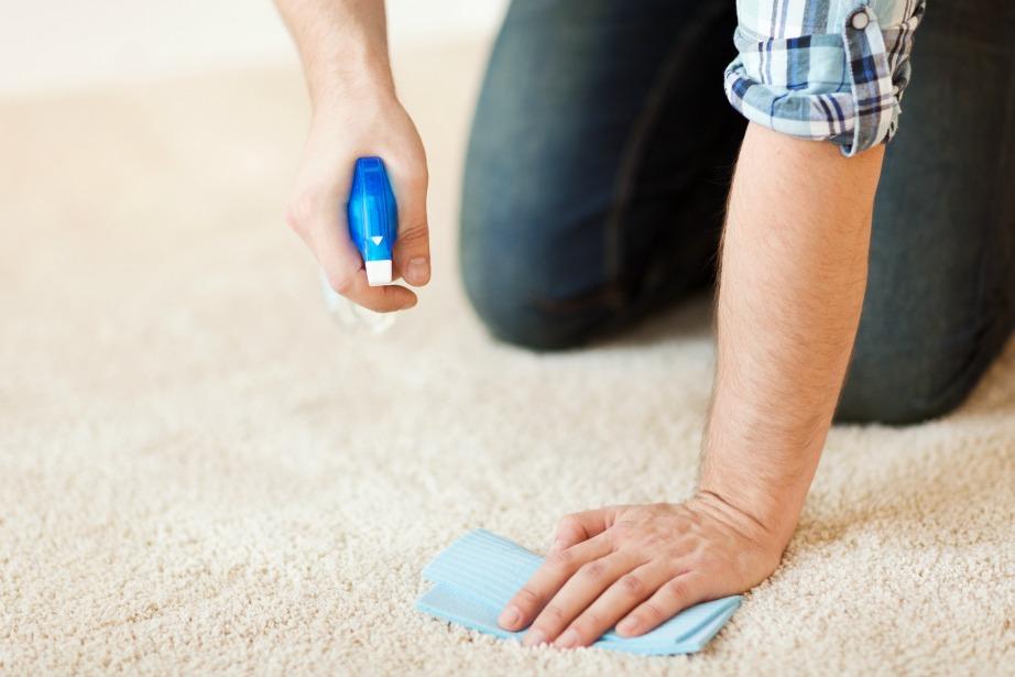 Μην ψεκάζετε το καθαριστικό κατευθείαν στο χαλί, αλλά σε ένα πανί πρώτα!