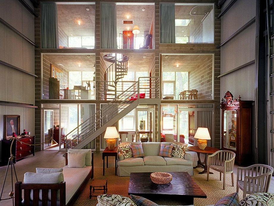 Το ένα μέρος του σπιτιού κατασκευασμένο από γυαλί και τσιμέντο.