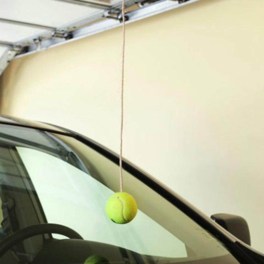 Κρεμώντας ένα μπαλάκι στο γκαράζ θα μπορείτε να ξέρετε πού πρέπει να παρκάρετε με ακρίβεια.