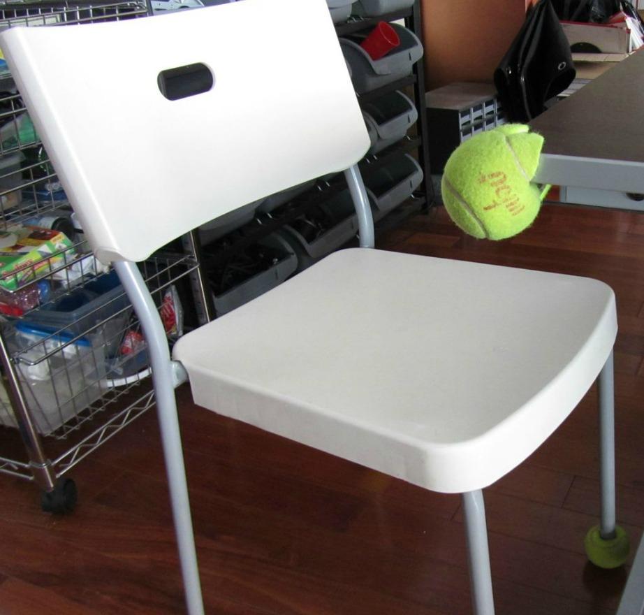 Βάλτε μπαλάκια του τένις στις γωνίες των επίπλων ή στα πόδια των τραπεζιών και των καρεκλών σας για να προστατέψετε τα πατώματα.