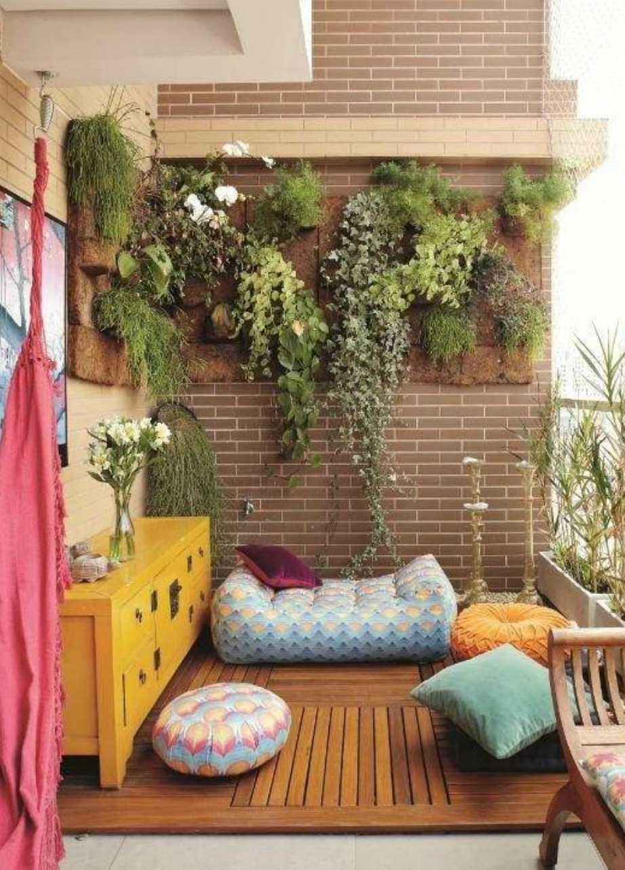 Αυτή η βεράντα δεν έχει ούτε τραπέζια ούτε καρέκλες. Μερικά πουφ και μαξιλάρες αρκούν για να γεμίσει ο χώρος και να δημιουργηθεί το πιο χαλαρωτικό σκηνικό.