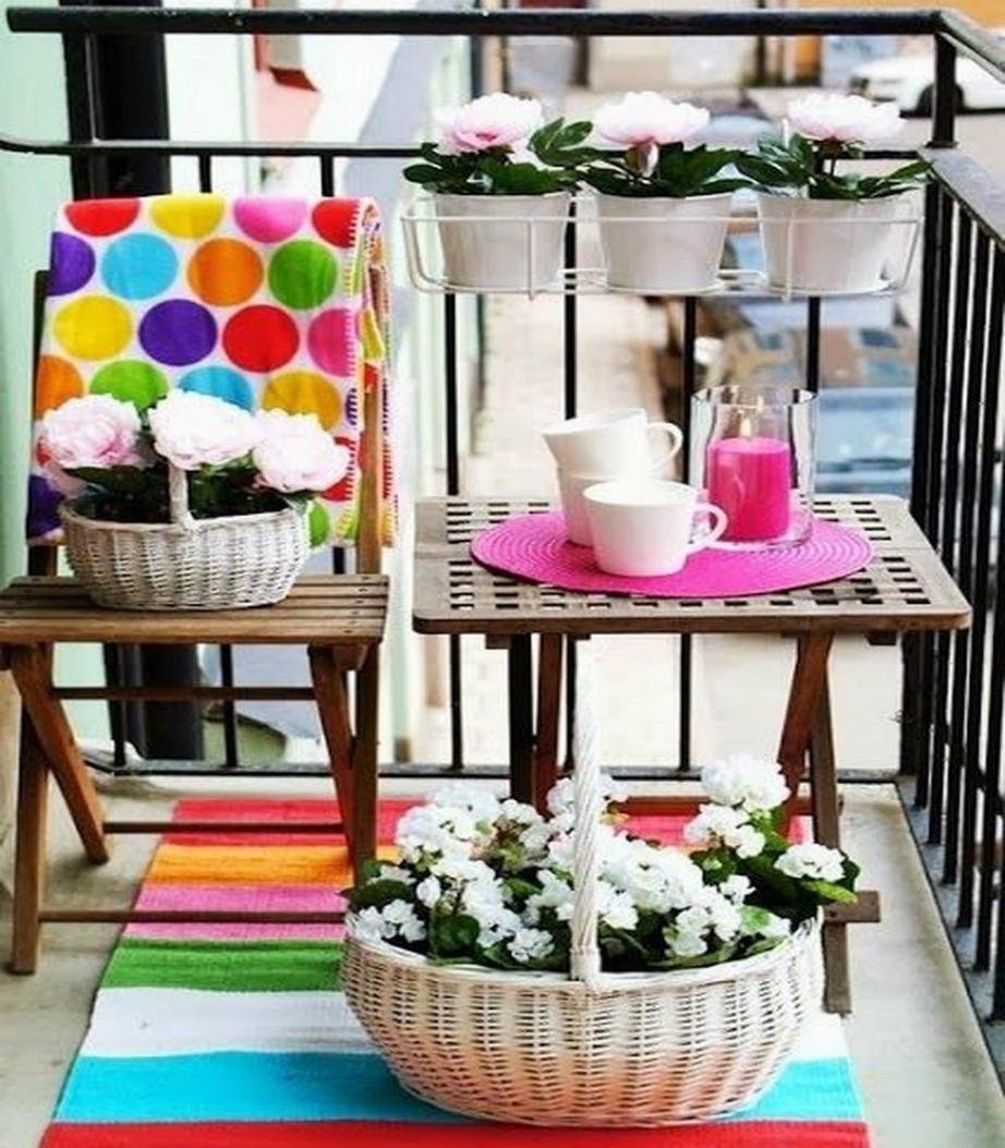 Ακόμα και το πιο μικροσκοπικό μπαλκόνι με λίγο χρώμα ή με όμορφα ασπρόμαυρα σχέδια δείχνει εντυπωσιακό.