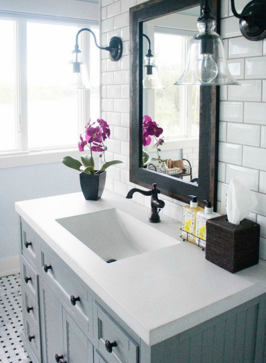 Τα φωτιστικά και οι λάμπες στο μπάνιο είναι ένας εύκολος και οιονομικός τρόπος για να δώσετε ζεστασιά και ρομαντισμό στον χώρο σας.
