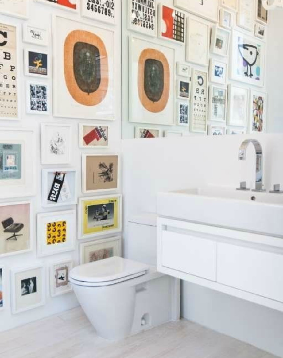 Μια gallery με πίνακες και μικρά έργα τέχνης θα δώσει στιλ και άποψη στο total white μπάνιο σας.