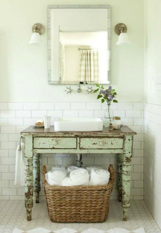 Τα vintage έπιπλα δίνουν πάντα στιλ σε ένα λευκό μπάνιο.