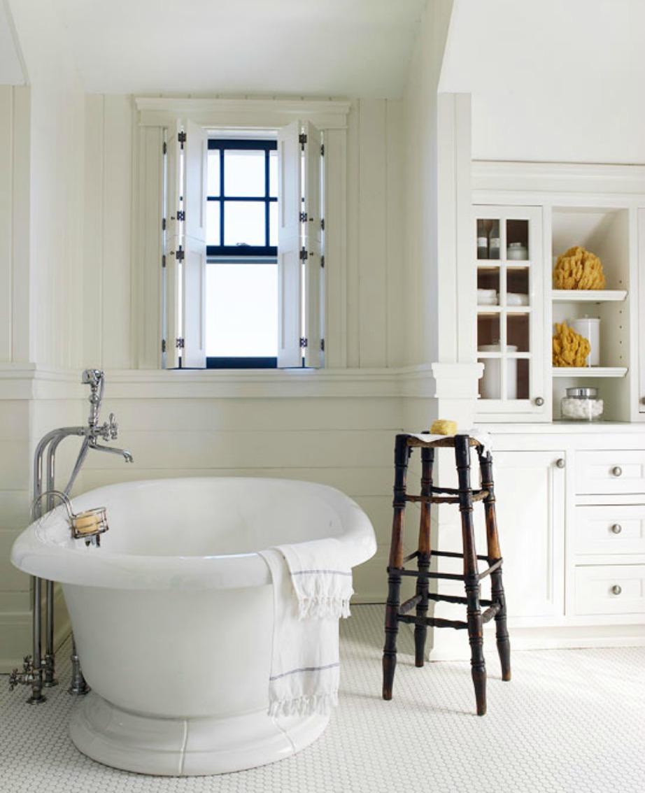 Τα διακοσμητικά φυσικά σφουγγάρια δίνουν έξτρα πόντους στιλ στη διακόσμηση αυτού του λευκού μπάνιου.