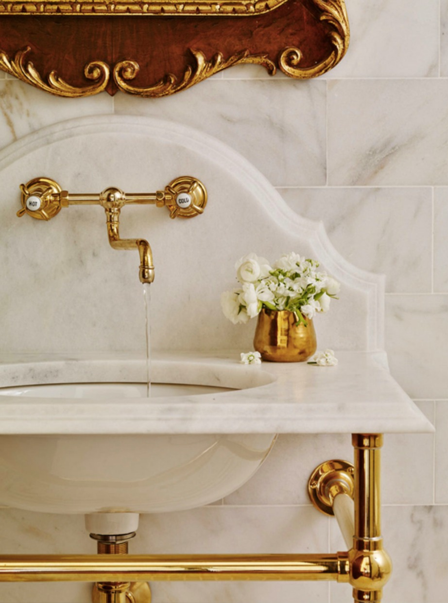 Οι χρυσές λεπτομέρειες και τα vintage χαρακτηριστικά είναι must.