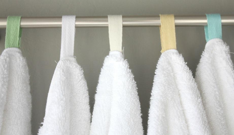 Ράψτε στην άκρη κάθε πετσέτας μια κορδελίτσα διαφορετικού χρώματος για να ξεχωρίζετε τις δικές σας από τις δικές του.