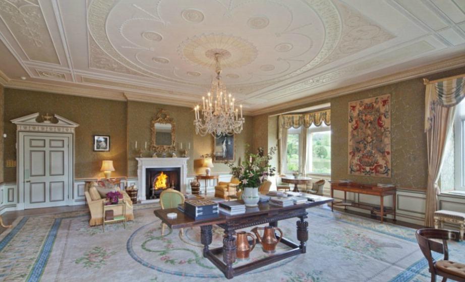 Όλα τα δωμάτια έχουν ψηλά ταβάνια και εντυπωσιακή αρχιτεκτονική.