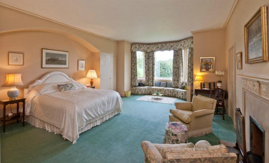 Όλα τα υπνοδωμάτια έχουν εντυπωσιακή διακόσμηση που παραπέμπει σε αριστοκρατικούς χώρους με κάθε δόση πολυτέλειας.